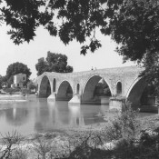 Pirates from Algiers, the ''Cat eater'' and the bridge of Arta