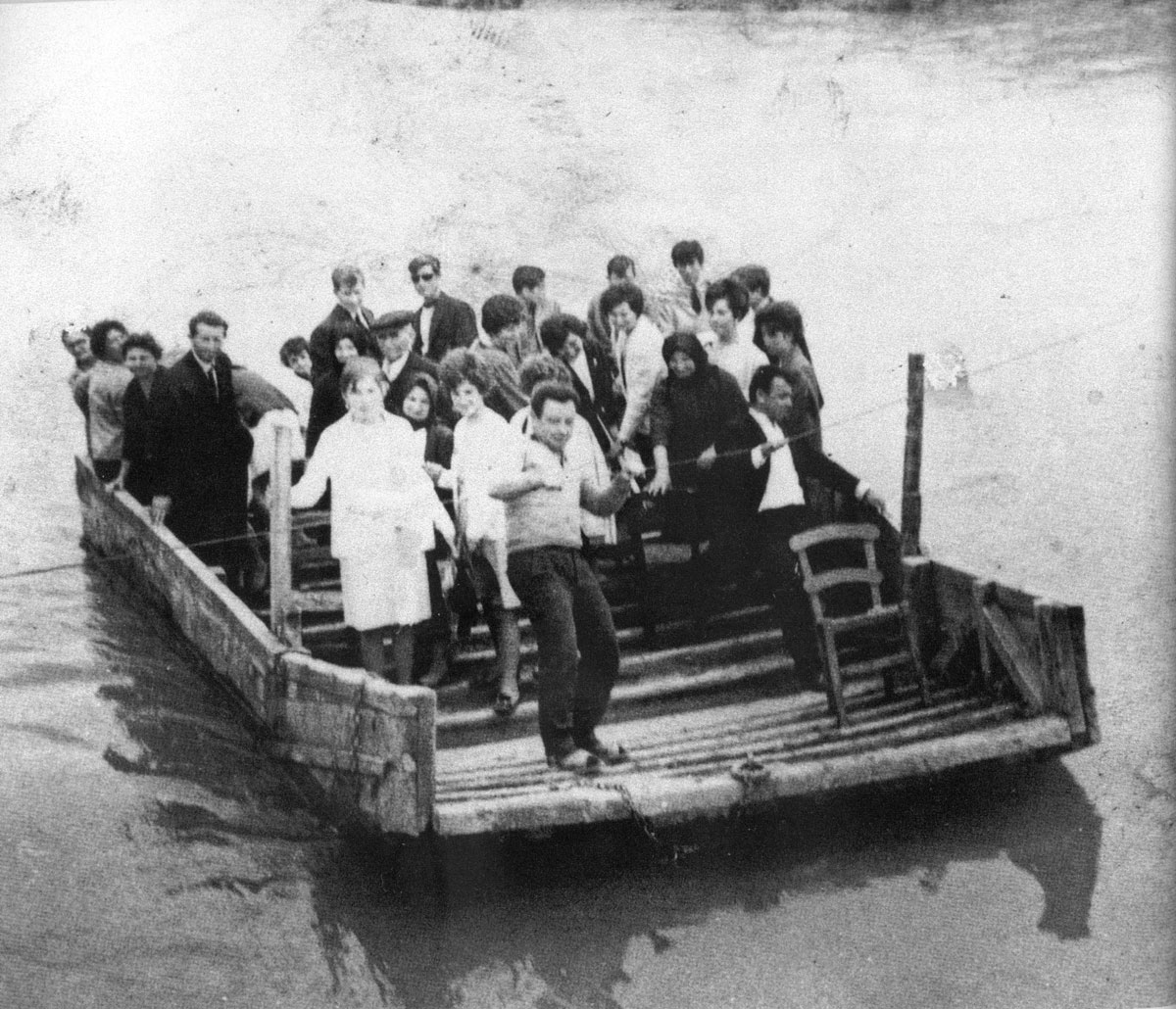 Fig. 2. Photograph from the archive of Panagiotis Gerokostas (1961), depicting a perataria on the river Peneios. Locals from the village of Nome, cross over by raft to the village of Pedine on the other side.