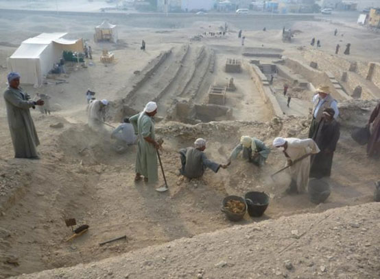 Archaeologists conducting an excavation at Dra Abu el-Naga necropolis. Photograph: CSIC