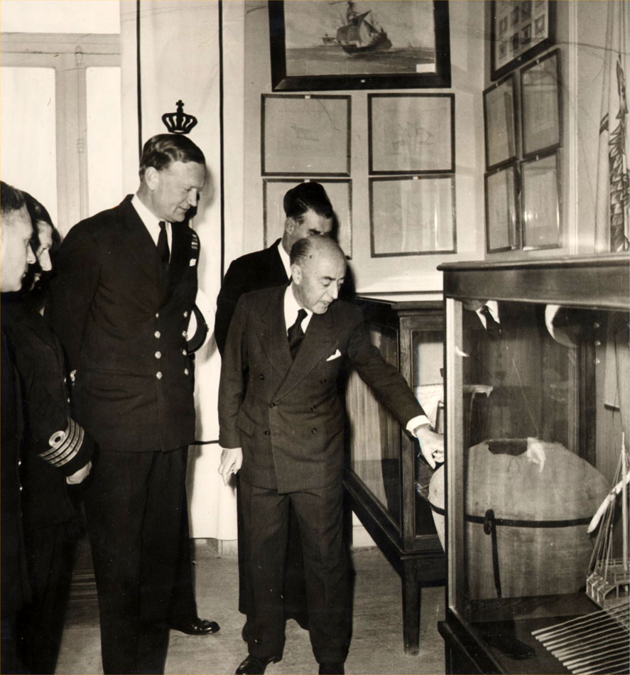 Fig. 3. In February 1961 the British Vice Admiral Dryer visited the Museum's building on Akti Moutsopoulou. Picture of the visit.