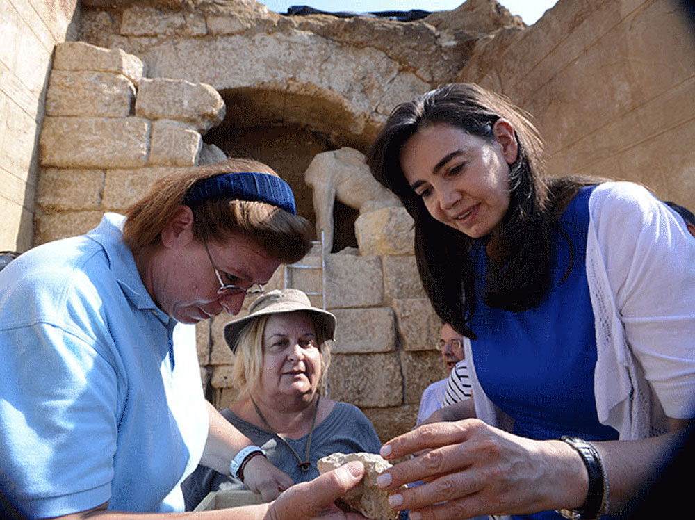 Amphipolis' chief excavator Katerina Peristeri among Sec. Gen. L. Mendoni and Greek PM's wife G.Samara in front of the tomb. IB Times.