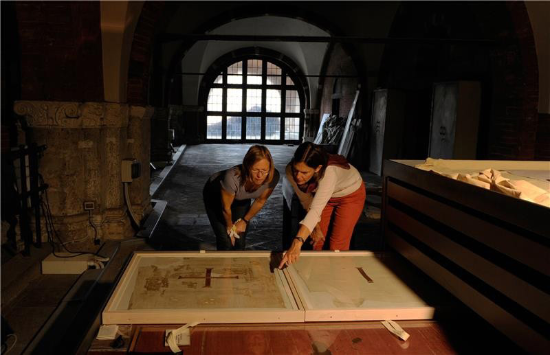 In Milan's Basilica of Sant'Ambrogio: Prof. Dr. Sabine Schrenk (right) of the University of Bonn and Cologne textile restorer Ulrike Reichert with the valuable tunics. Credit: Photo © JochenSchaal-Reichert