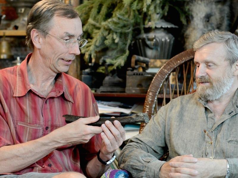 Svante Pääbo (left) and Nikolay Peristov discuss the Ust'-Ishim discovery. © MPI for Evolutionary Anthropology/ Bence Viola