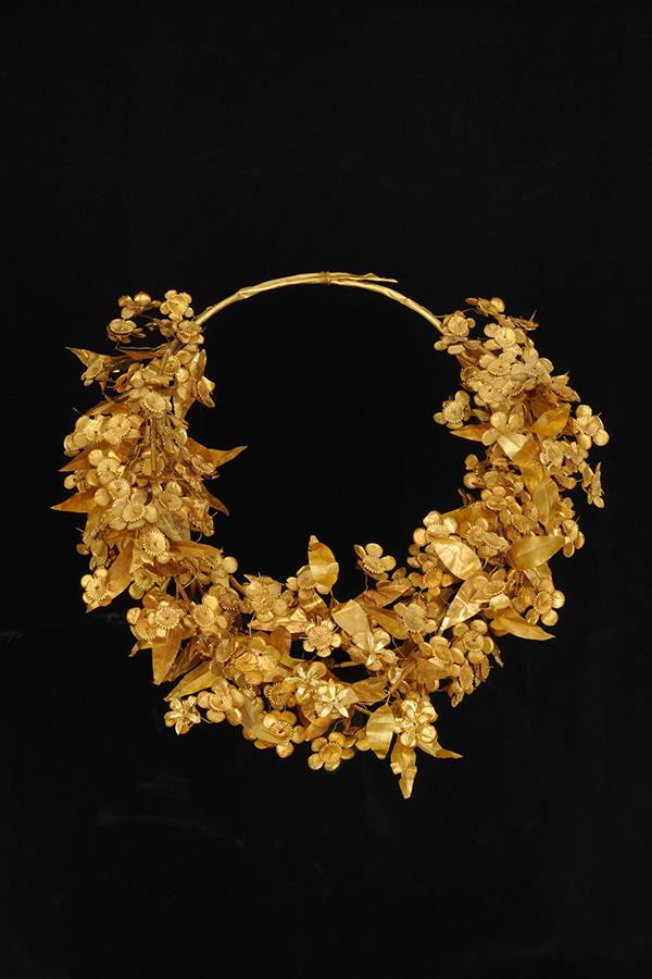Myrtle wreath. 340-336 BC. Gold. D. 0.26 m. Aigai, tomb of Philip II, vestibule. Aigai, Archaeological Museum, ΒΜ 2633.