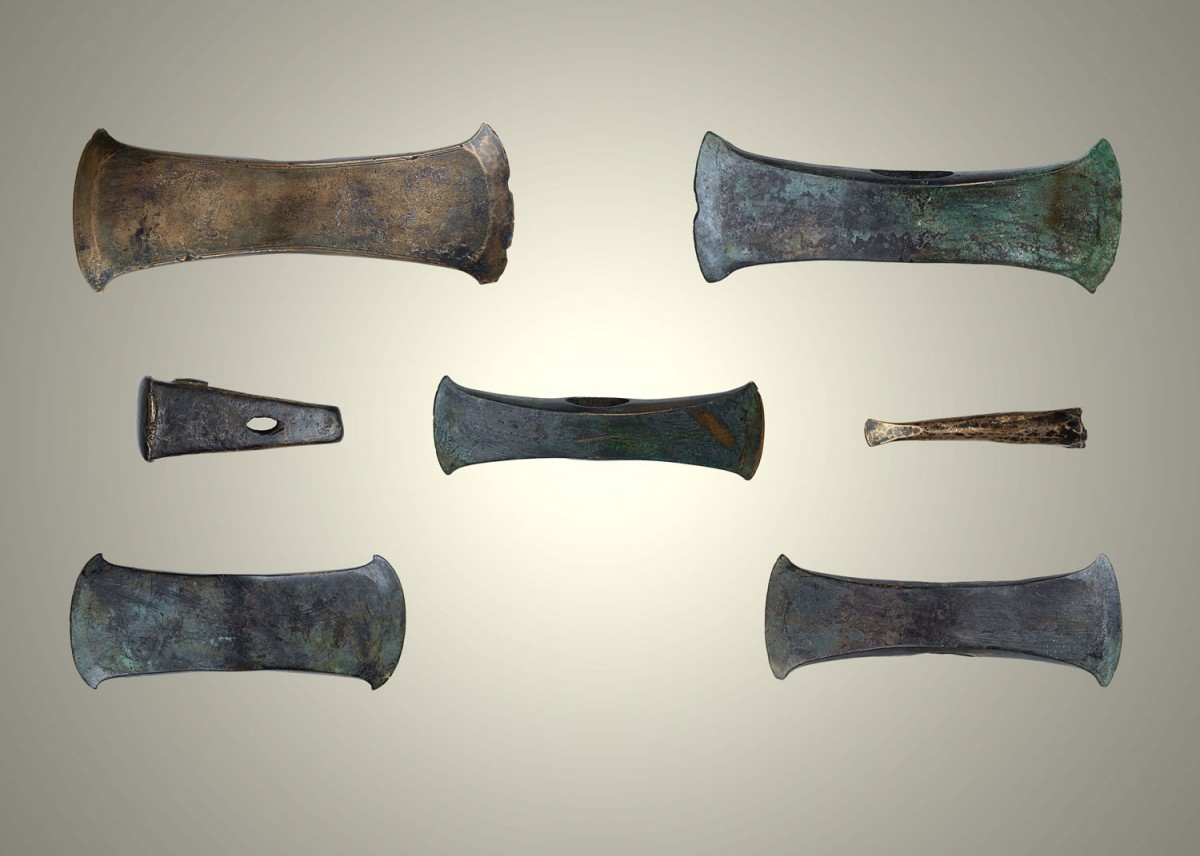 Fig. 1. The hoard of seven cast bronze artifacts (five double axes, a pyramidoid anvil, a conical chisel) of the Late Bronze Age from Katamachi in Ioannina. (Source: author's archive)