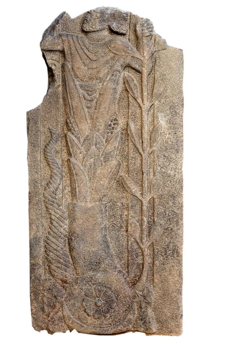 Basalt stele with the depiction of an unknown god. Foto: Peter Jülich.