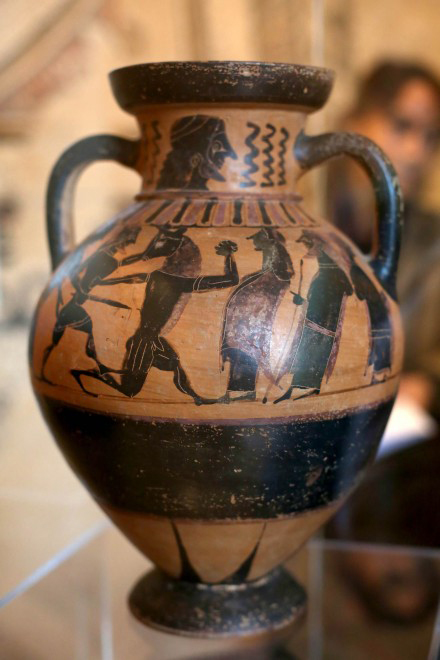 The most valuable artefact recovered is this Corinthian amphora (6th c. BC), depicting the myth of Theseus and Minotaur. The amphora was probably stolen from an Etruscan necropolis. Credit: Repubblica.