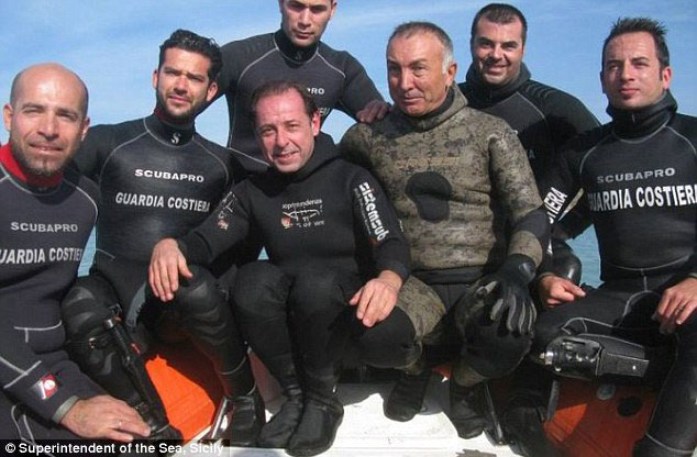 Sebastiano Tusa and the team of divers that discovered the ingots. Photo credit: Superintendent of the Sea Office.