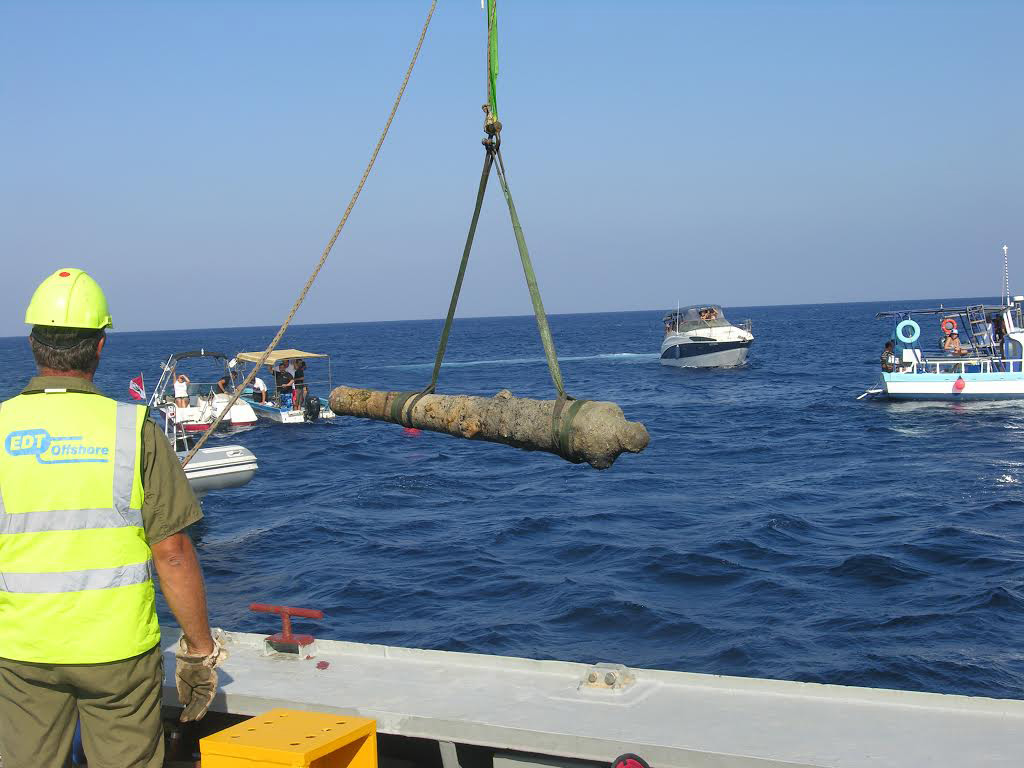 Nissia Shipwreck: Lifting of the iron cannon.