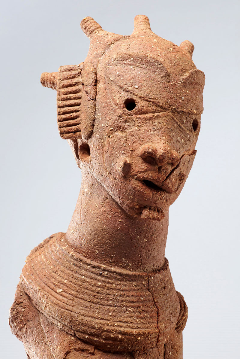 A terracotta piece unearthed from the Daji Gwana site in 2010. It is one of the most complete figures found by the archaeologists of the Goethe University, and adorns the cover of the catalogue for the exhibition at the Liebieghaus in Frankfurt. (Copyright: Peter Breunig)