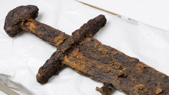 Sword fully cleaned. Remains of an inscription and textiles have emerged (Photo: ÅGE HOJEM / NTNU / SCIENCE MUSEUM)