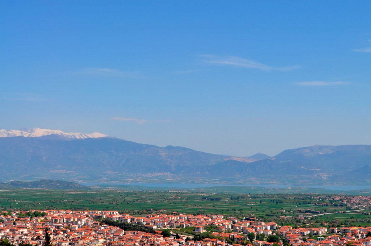 Fig. 1. Northwestern view of Kozani-Servia geological basin. The city of Kozani in the foreground; the Polyfytos artificial lake and mount Olympus in the background.