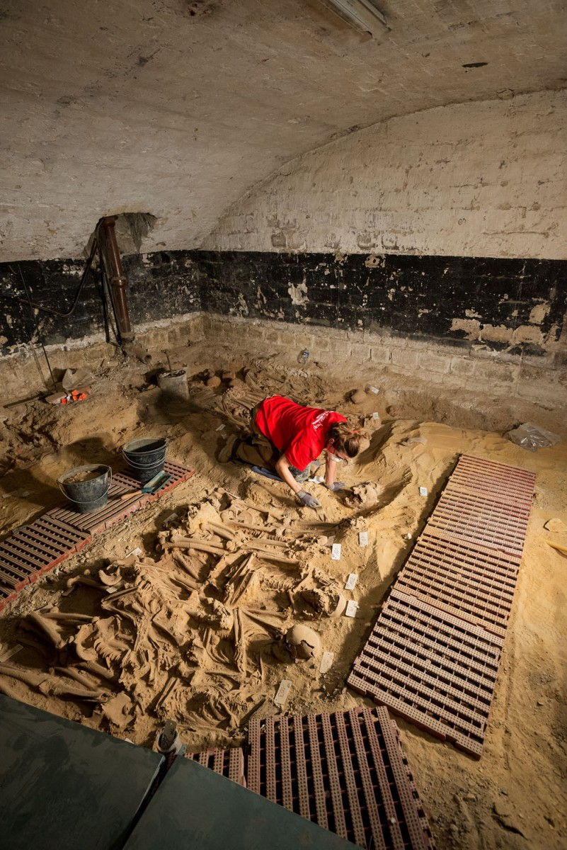 Mass grave in room 2, containing 150 individuals. (Photo credit: INRAP)