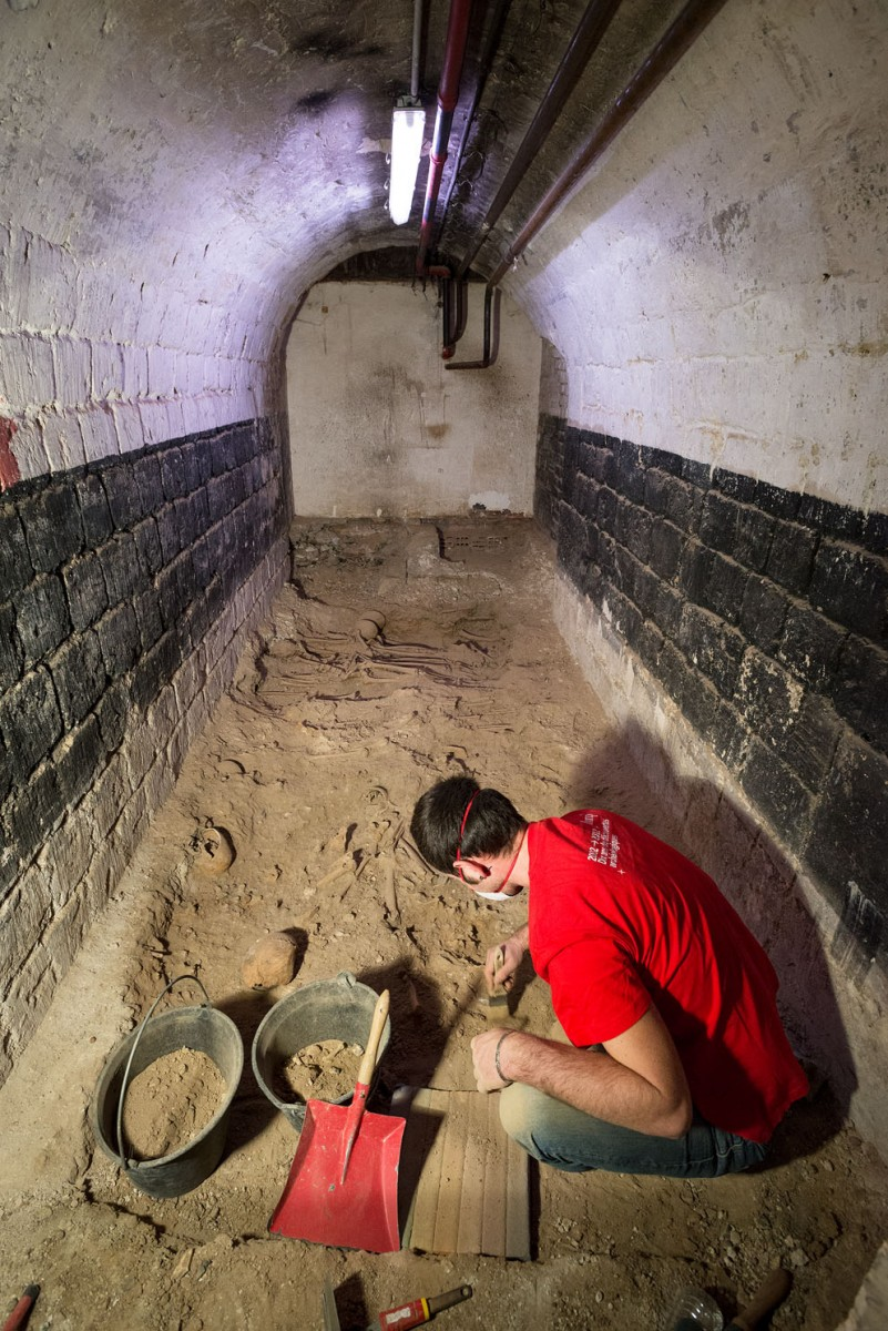 Mass grave in room 6. Photo credit: INRAP)