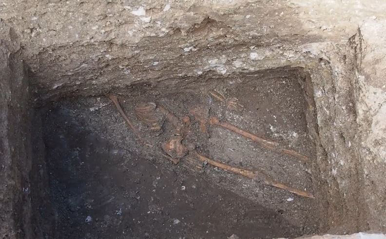 Most of the upper body part of the skeleton found in Varna was lying under the newly discovered fortress wall of ancient Odessos. Photo: TV grab from Nova TV.