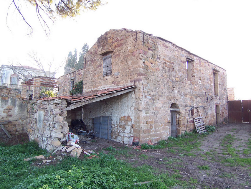 The auxiliary building of the Antouaniko mansion, before its restoration. Photo: Emmanouil Vournous