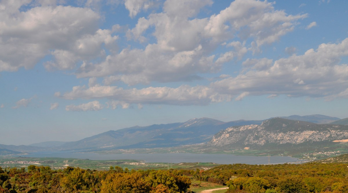 Fig. 2. The Haliakmon valley and the artificial lake of Polyfytos, western view from the area of Aiani.