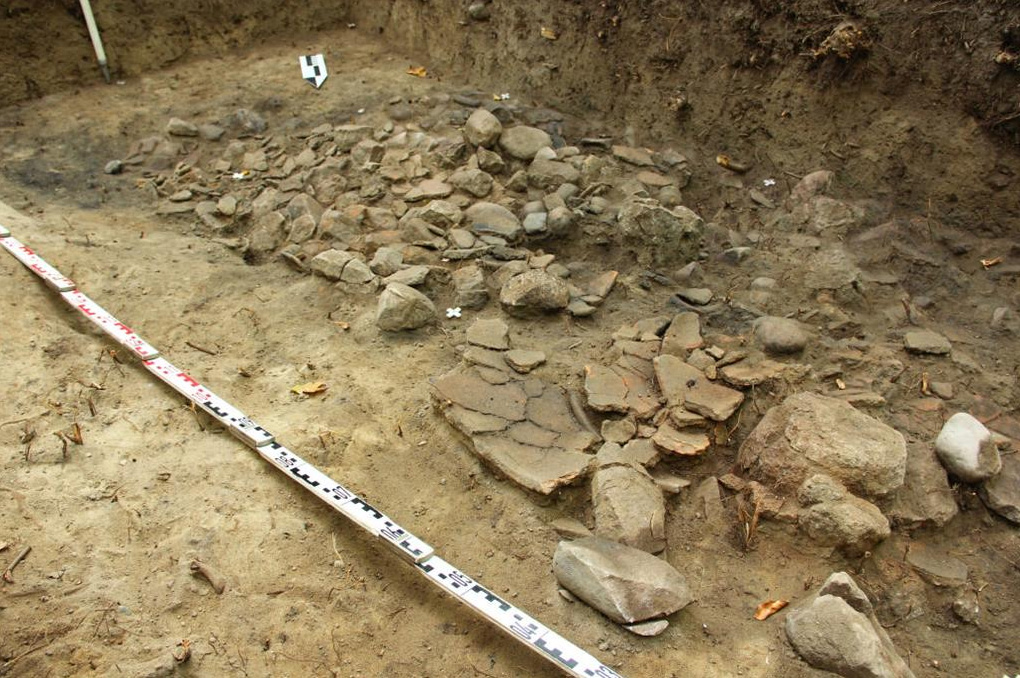 Broken clay vessels in the fortified settlement discovered in 2014 in Stary Folwark. Photo by Dariusz Wach.