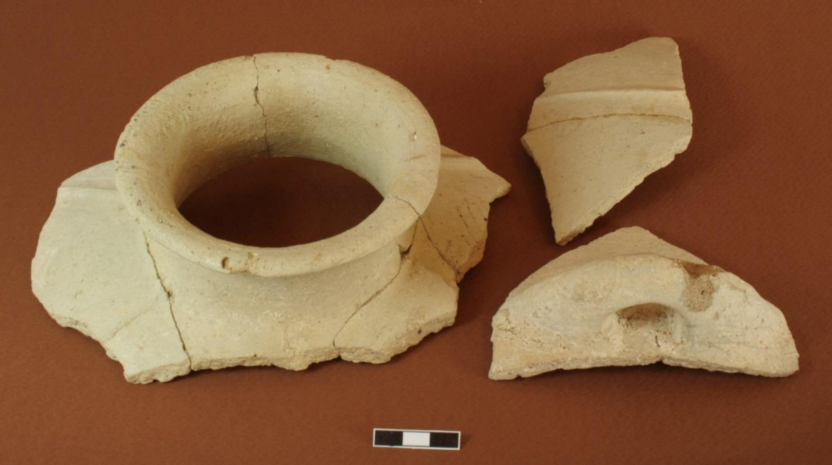 Fig. 4. Light-faced concave-necked jar with vertical ribbed decoration from Dhaskalio Phase C.