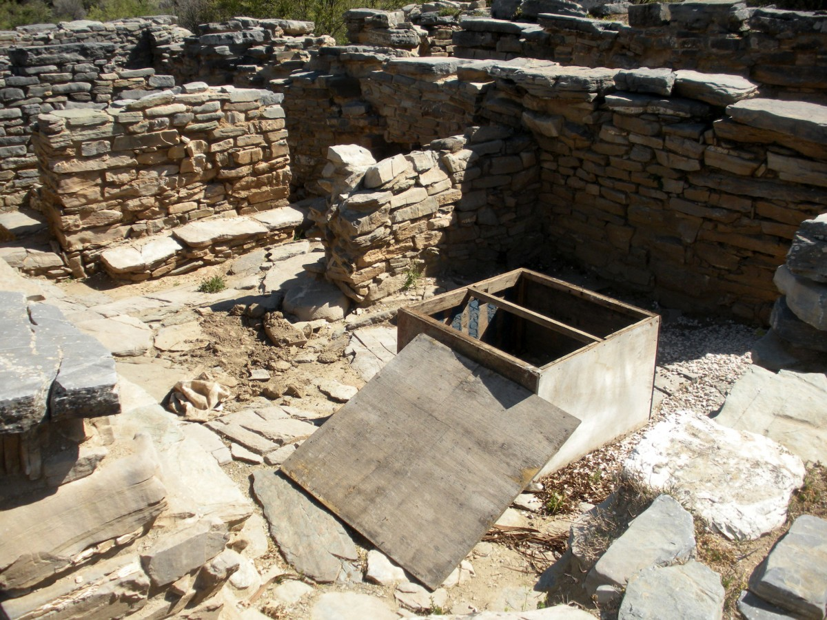 Ancient Zominthos: In Room 26 the looters have opened the cover of a wooden box previously placed on a pillar base. (Photo: Ministry of Culture, Education and Religious Affairs)