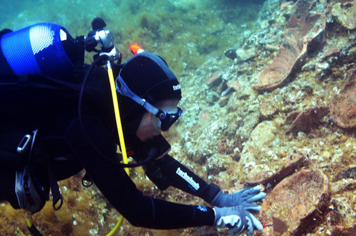 Cleaning of vessels in 1,5-2 m depth. (Credit: Ministry of Culture, Education and Religious Affairs)