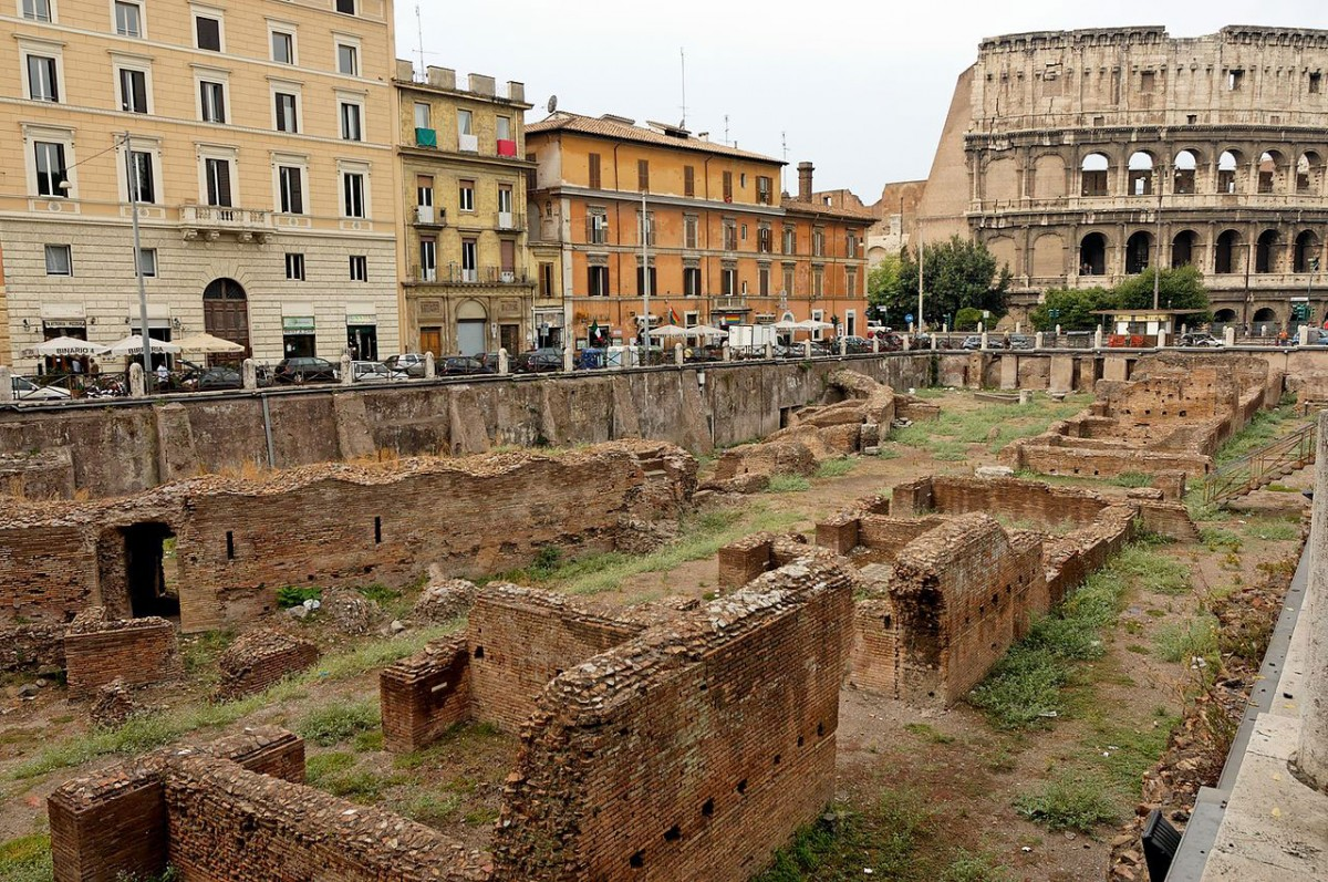 The remains of the Gladiatorial School are squeezed between two Roman roads and lay rather neglected. Photo Credit: Jastrow / Wikimedia Commons.