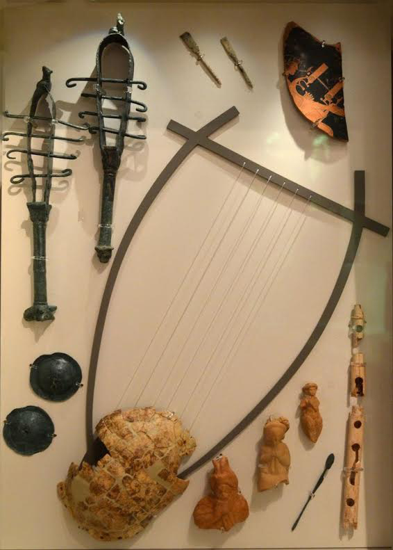 Representation of the lyre in a case at the Archaeological Museum of Arta.