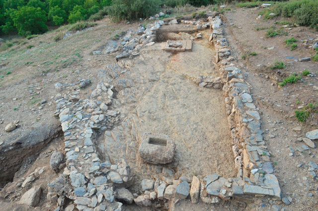 The sanctuary on the eastern plateau of the Acropolis in Ancient Feneos, with the base of the cult sculpture and the clay portable hearth. Credit: Hellenic Ministry of Culture, Education and Religious Affairs.