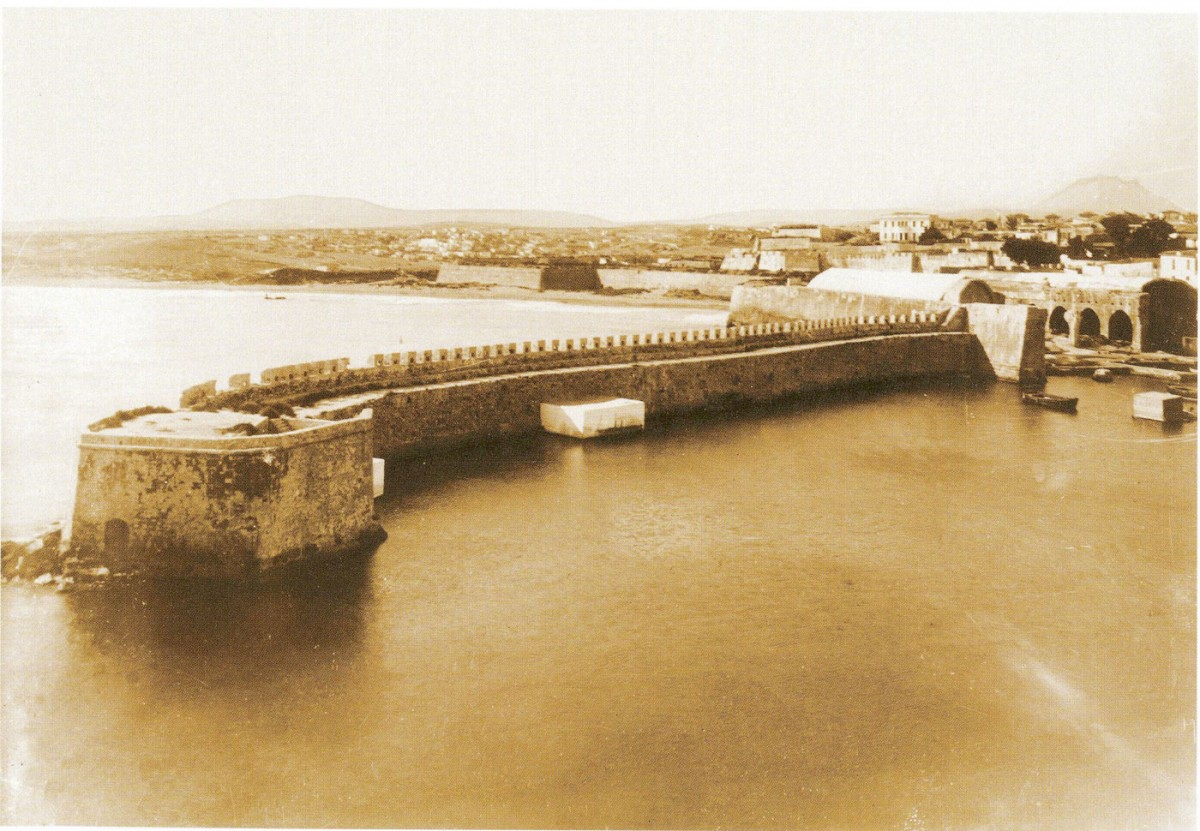 Fig. 2. The Small Kule on the eastern breakwater of the port of Heraklion (photo: G. Gerola, 1902-1904).