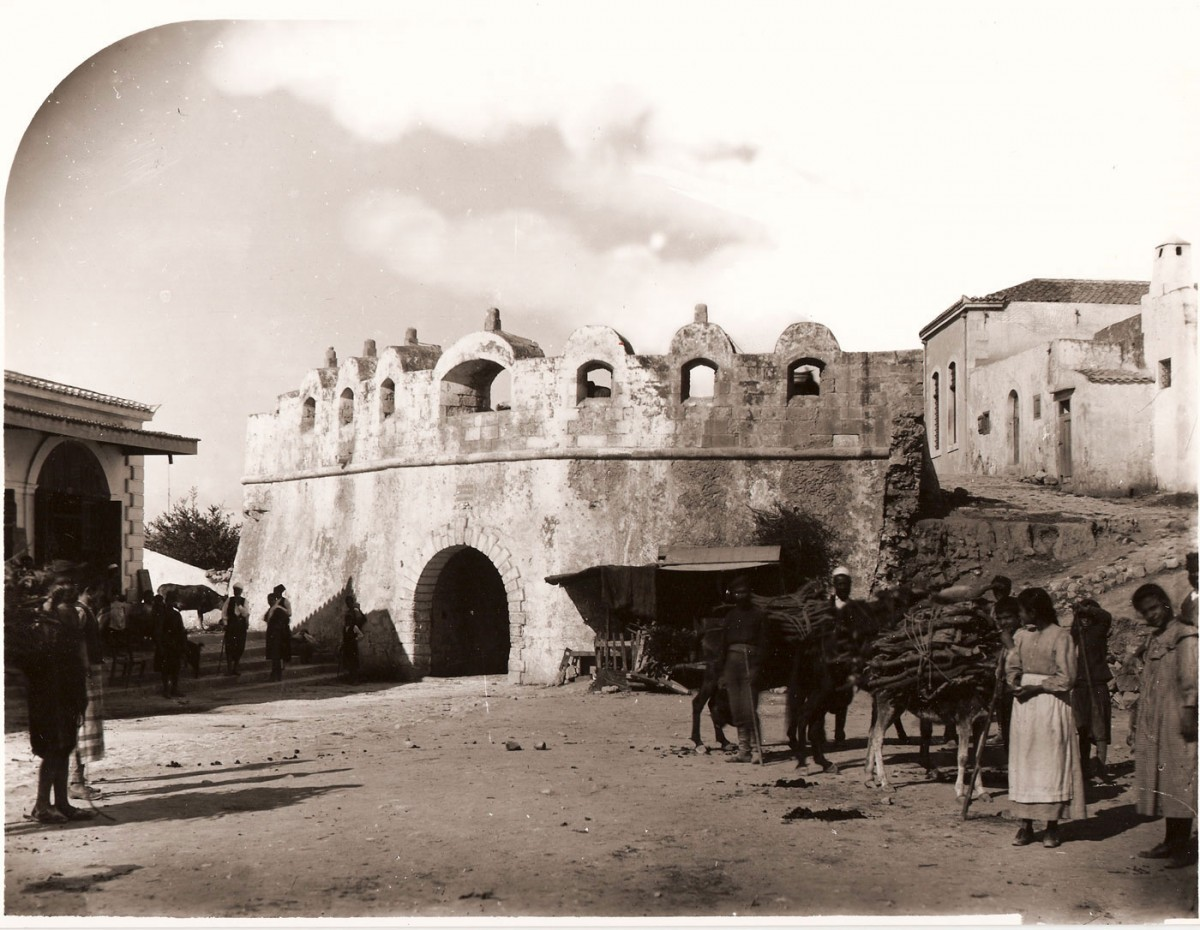 Fig. 4. The main Guora gate of the fortification enclosure in the city of Rethymnon (photo: G. Gerola, 1902-1904).