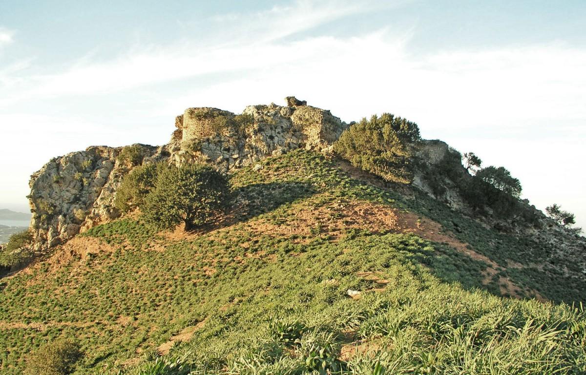 Fig. 10. The southern fortification of Varypetros. (photo: Nikos Gigourtakis)
