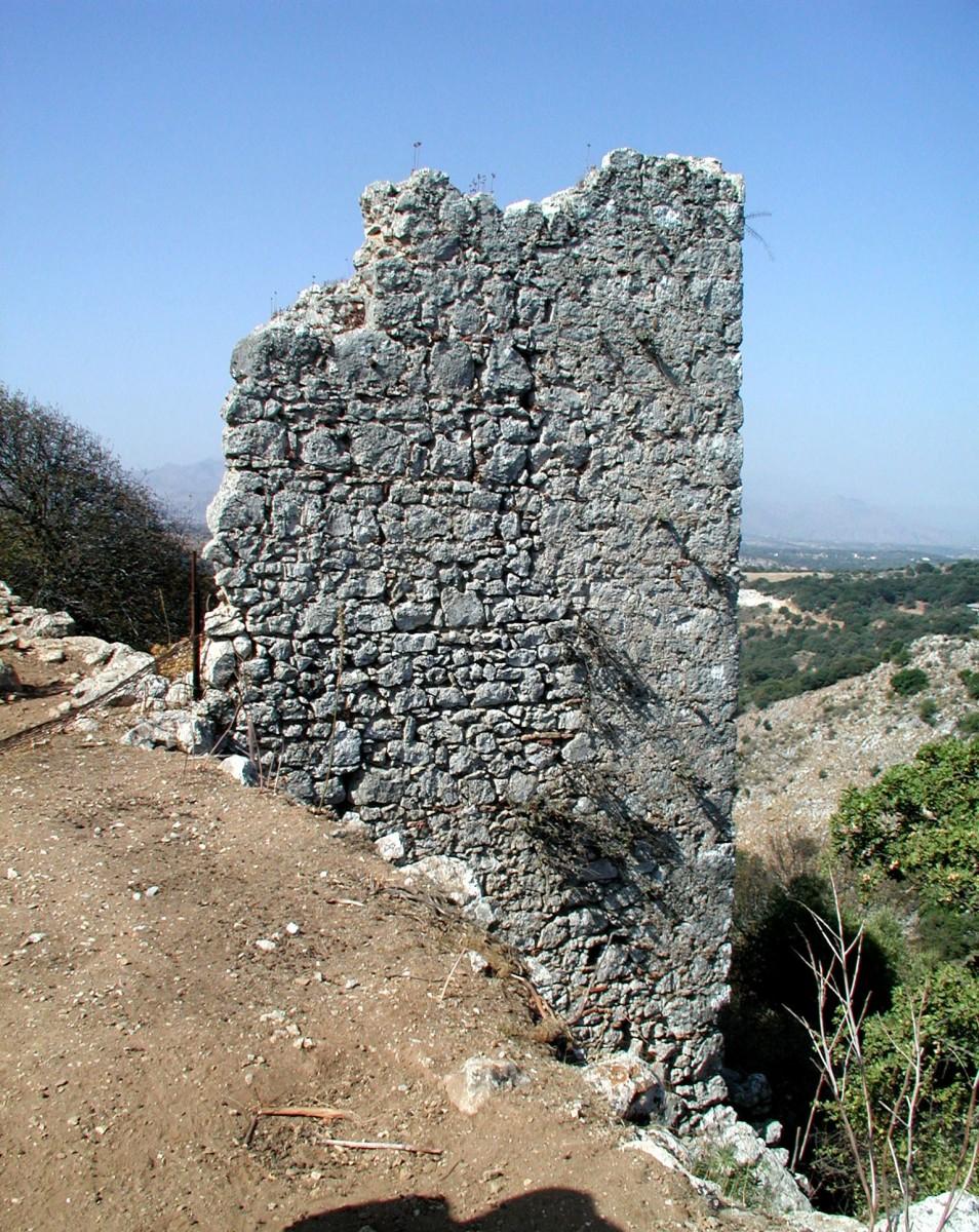 Fig. 13. Tower on the north walls at Monopari. (photo: Nikos Gigourtakis)