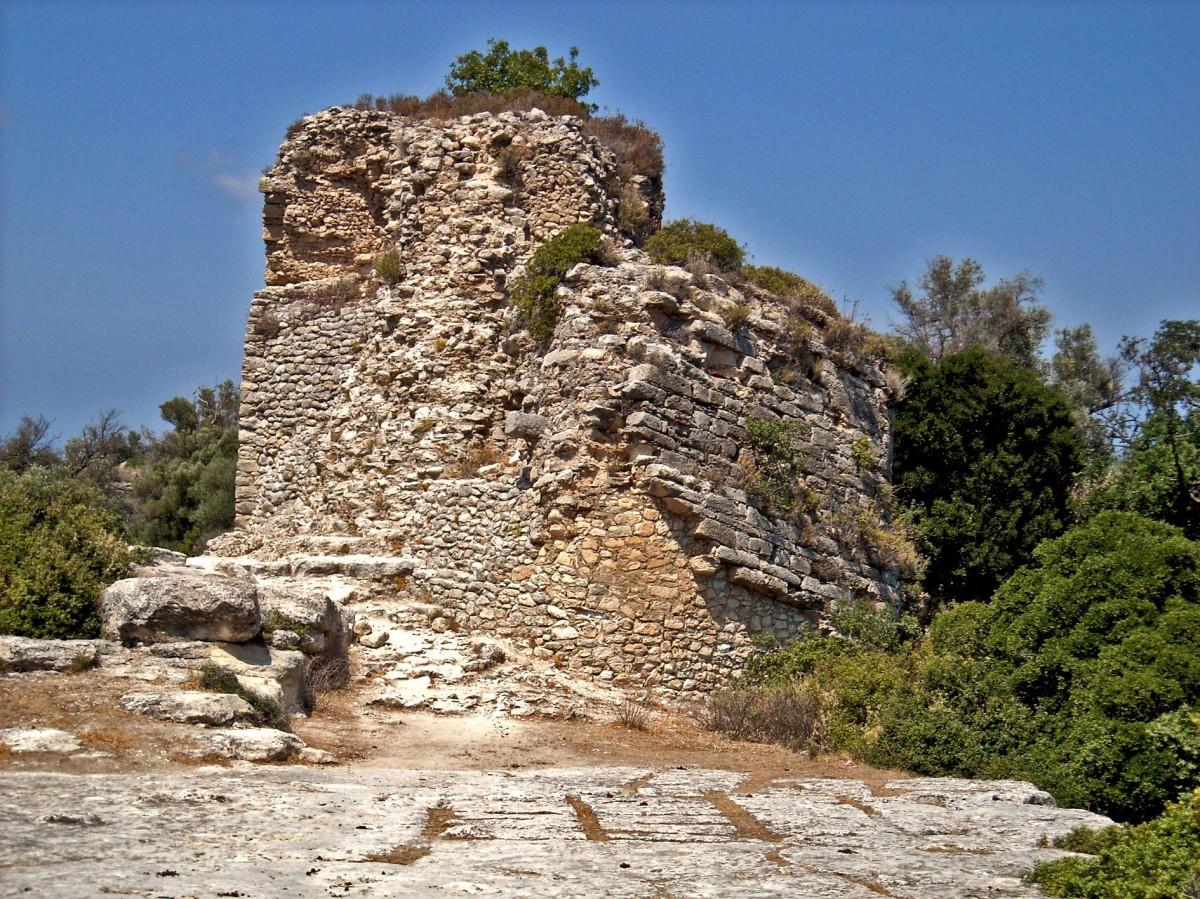 Fig. 5. Section of Proto-Byzantine fortification on the citadel of Eleutherna. (photo: Nikos Gigourtakis)