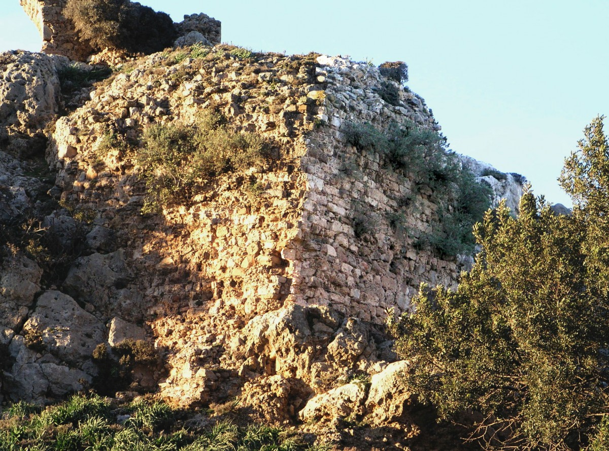 Fig. 6. Varypetro, Kastelos, southern fortification walls, section from the earlier phase of construction. (photo: Nikos Gigourtakis)