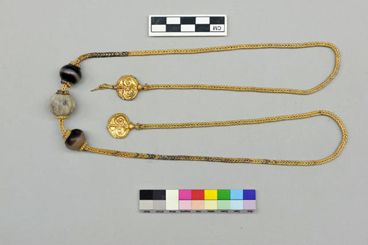 Fig. 4. The golden necklace of the grave at Ano Englianos.