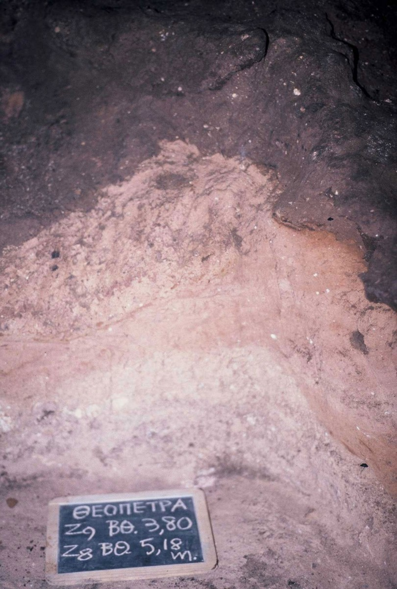 Fig. 11. Τhe deep pink sediment without traces of fire in trench Ζ8-Ζ9. On its upper surface the first (deeper) layer with traces of fire can be distinguished.