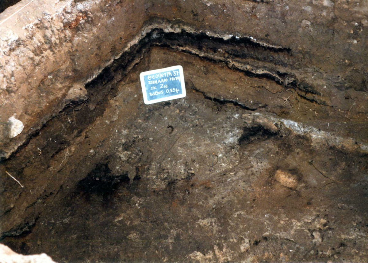 Fig. 22. Neolithic embankment on first opened trench Ζ8. Some of the horizontal layers of fire belong to a more recent use of the cave.