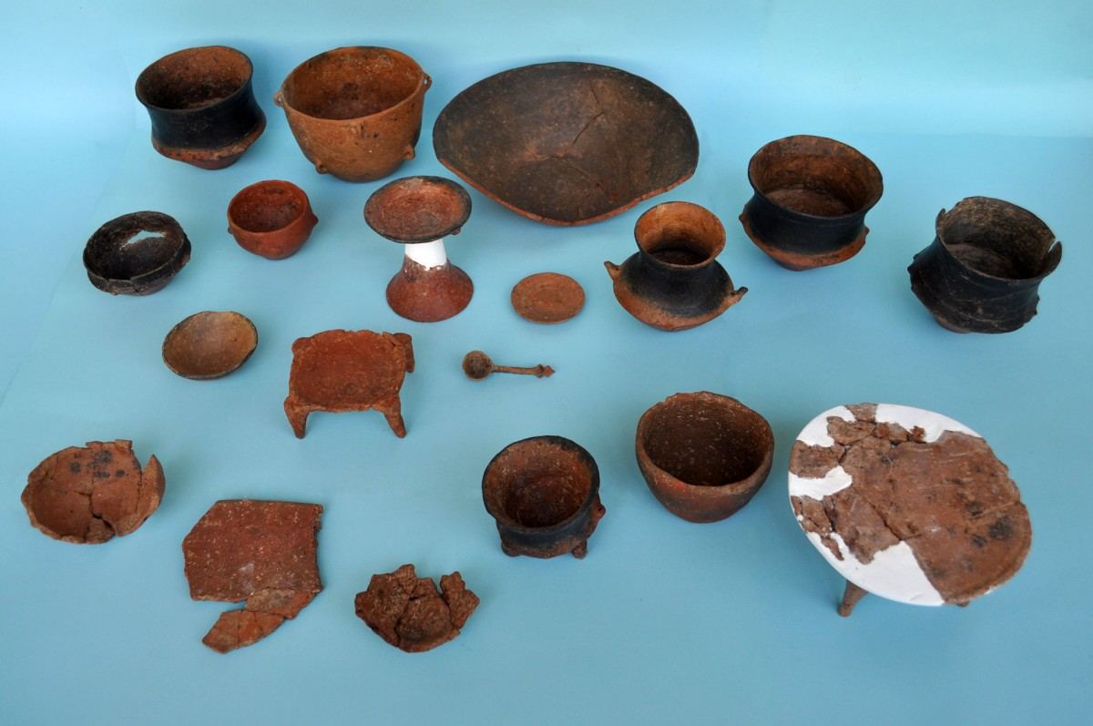 Fig. 3. Clay vases (normal sized and miniature) from pit aa 387, that contained the remains of, possibly, a burial ritual.