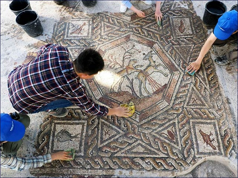 Uncovering the mosaic. © Assaf Peretz, courtesy of the Israel Antiquities Authority.
