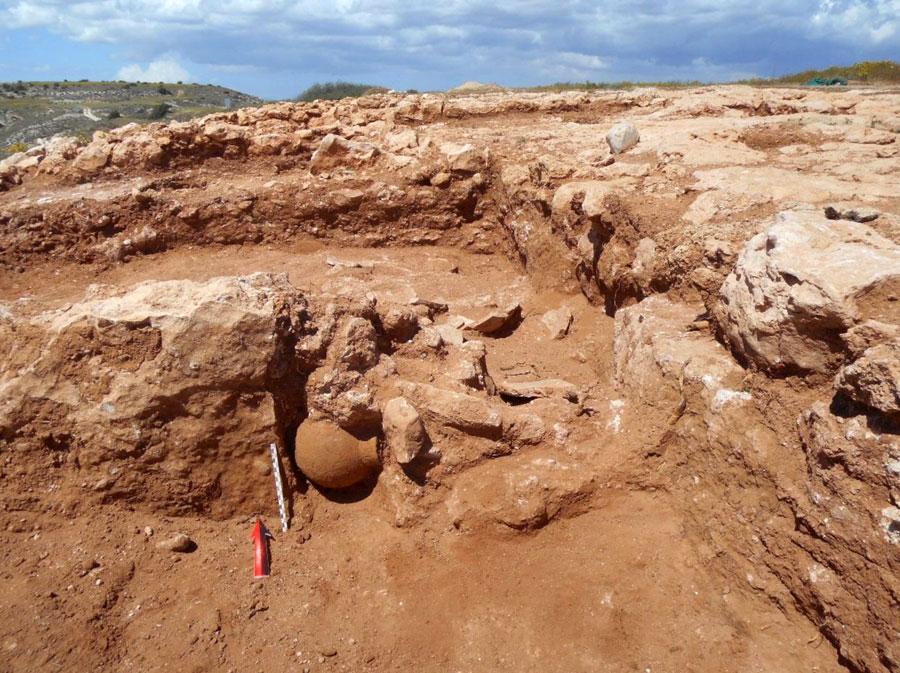 Sector 4: Subterranean rooms, corridor and fallen vase (Photo: A. Kanta).