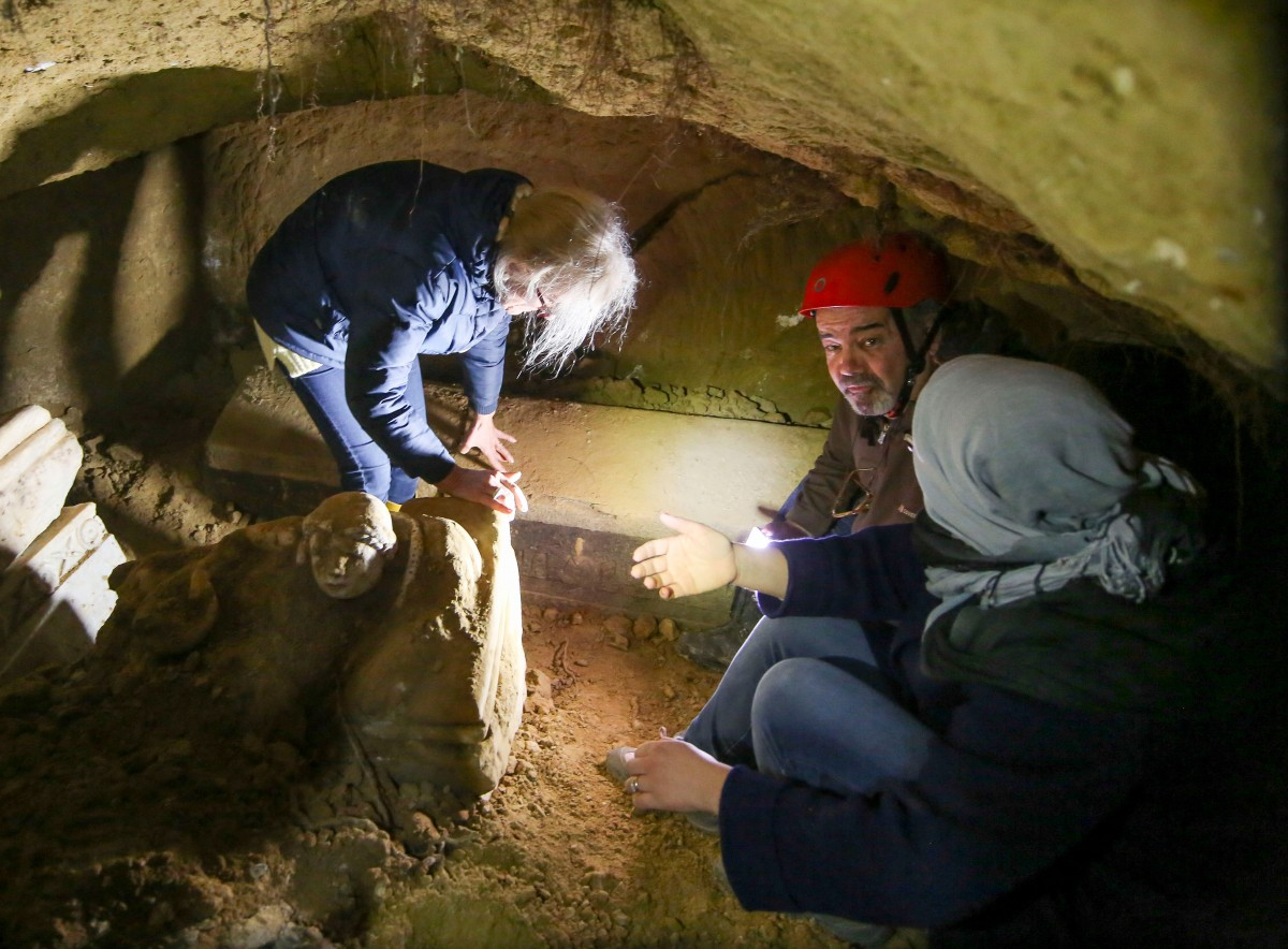 Archaeologists at work. The narrow chamber had experienced damage due to previous collapses. Photo Credit: Superintendency of Archaeology of Umbria.