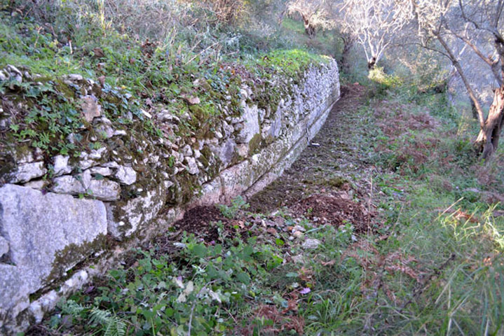 Elongated retaining wall north of the theatre. (Photo: Ministry of Culture and Sports)