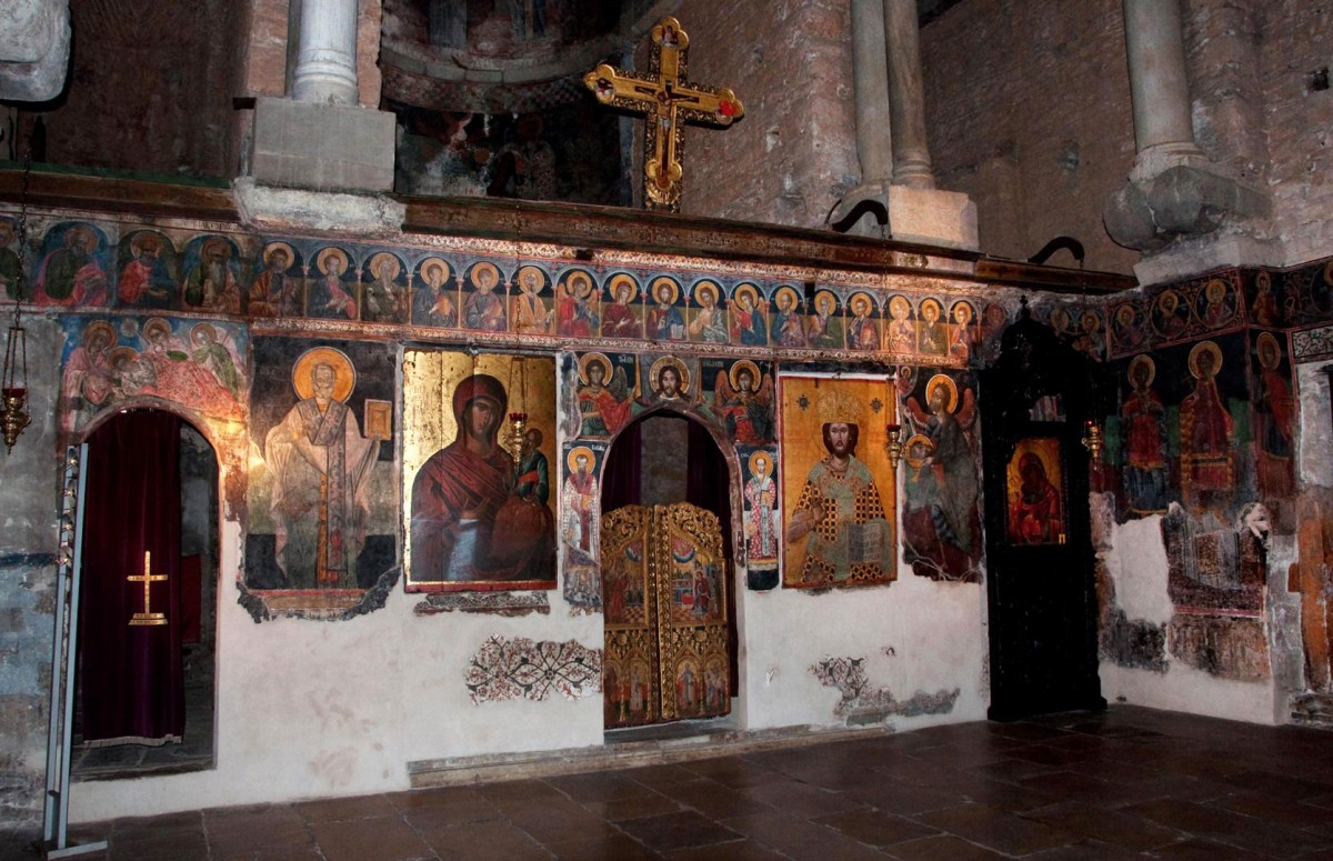 Successive layers of wall paintings. The present built iconostasis replaced the original marble one, of which only a few reliefs are preserved (Ephorate of Antiquities of Arta).