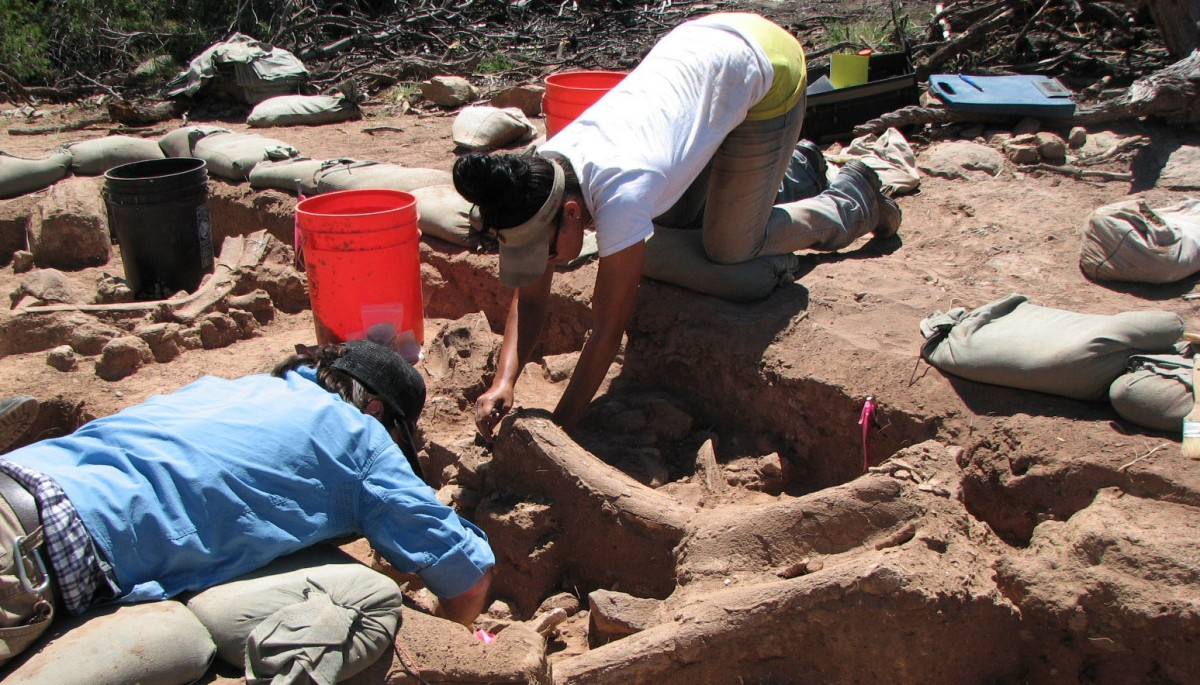 UNM graduate anthropology students excavating the mammoth skull near Abiquiu, New Mexico. Credit: Courtesy of Bruce Huckell.