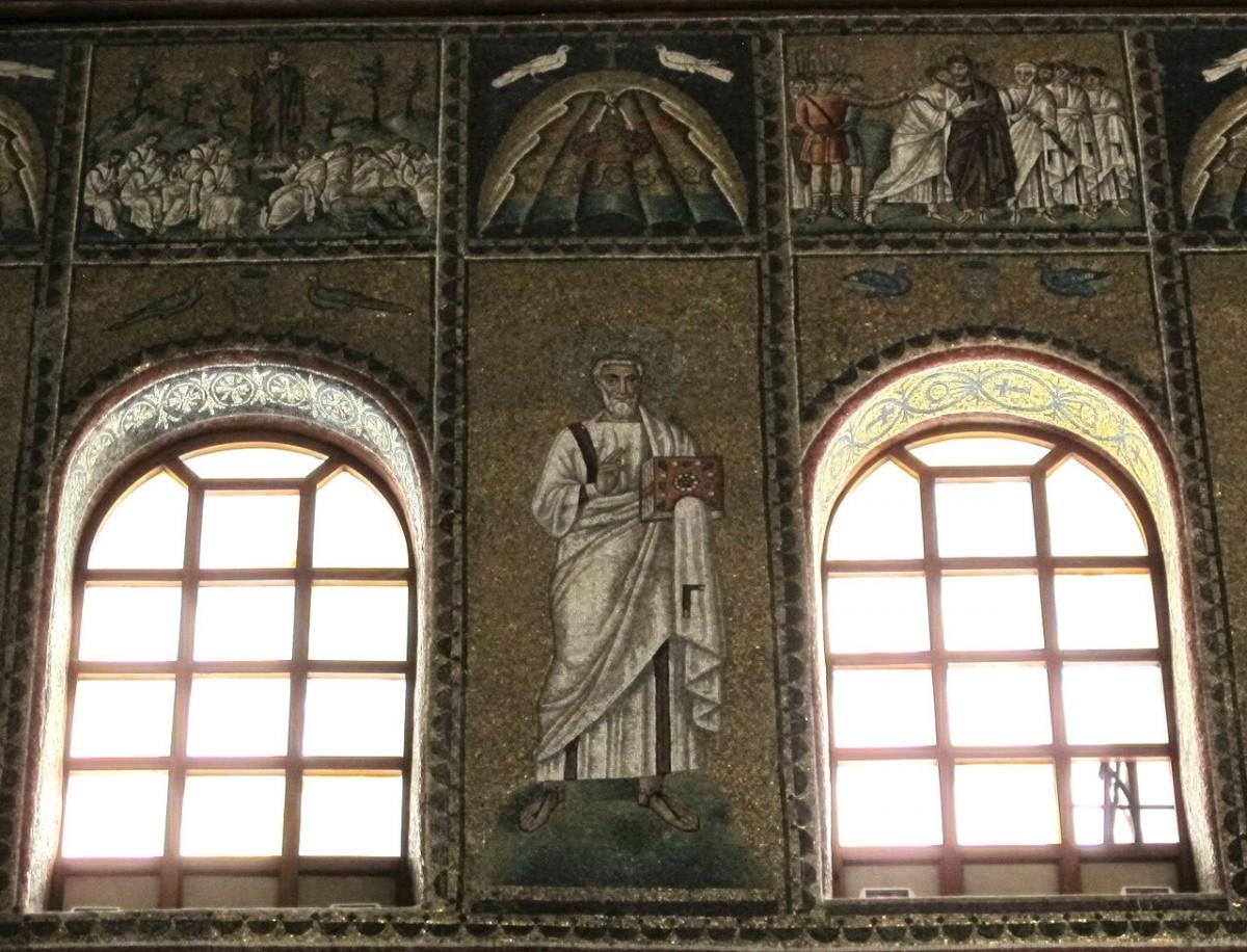 Fig. 6. Ravenna, sant'apollinare nuovo, int., santi e profeti, epoca di teodorico 22, by Sailko - Own work. Licensed under CC BY-SA 3.0 via Wikimedia Commons.