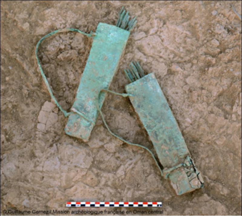 Mudhmar Est – Two quivers made of copper/bronze, during the excavation. © Guillaume Gernez / Mission archéologique française en Oman central.