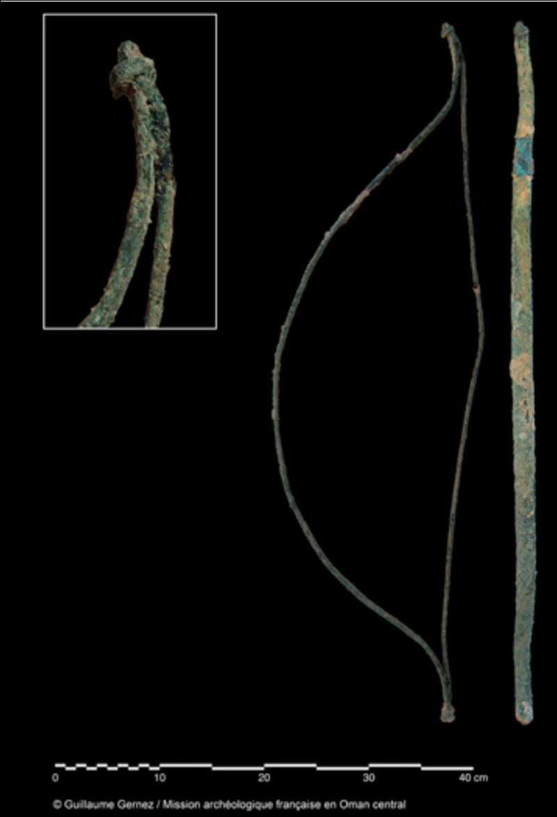 Mudhmar Est – Non-utilitarian bow, entirely made of copper/bronze. © Guillaume Gernez / Mission archéologique française en Oman central.