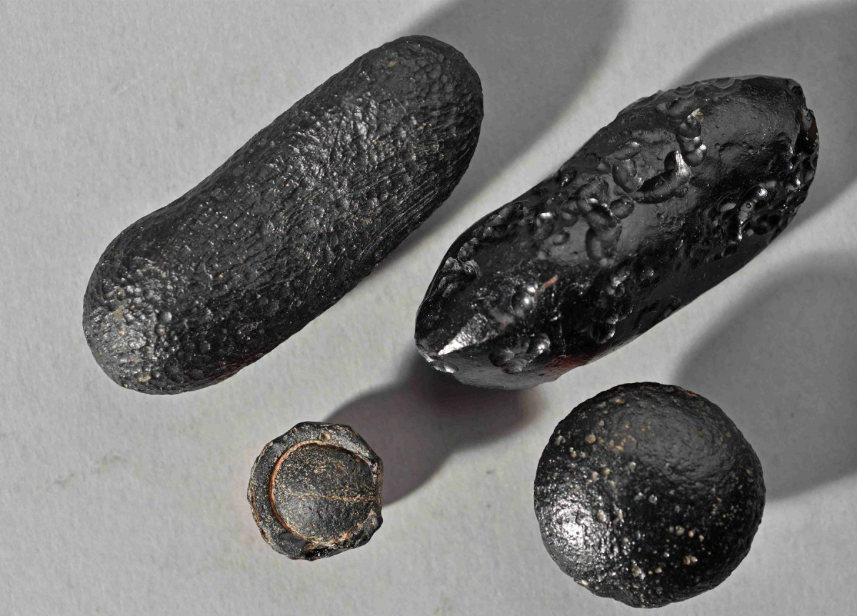 Tektite from Australia with flanged edge. The force of the impact blew the glass body thousands of kilometres and out of the earth's atmosphere. The bulging edge formed when the partially molten tektite re-entered the atmosphere.  Photo:  Institut für Geowissenschaften, Universität Heidelberg