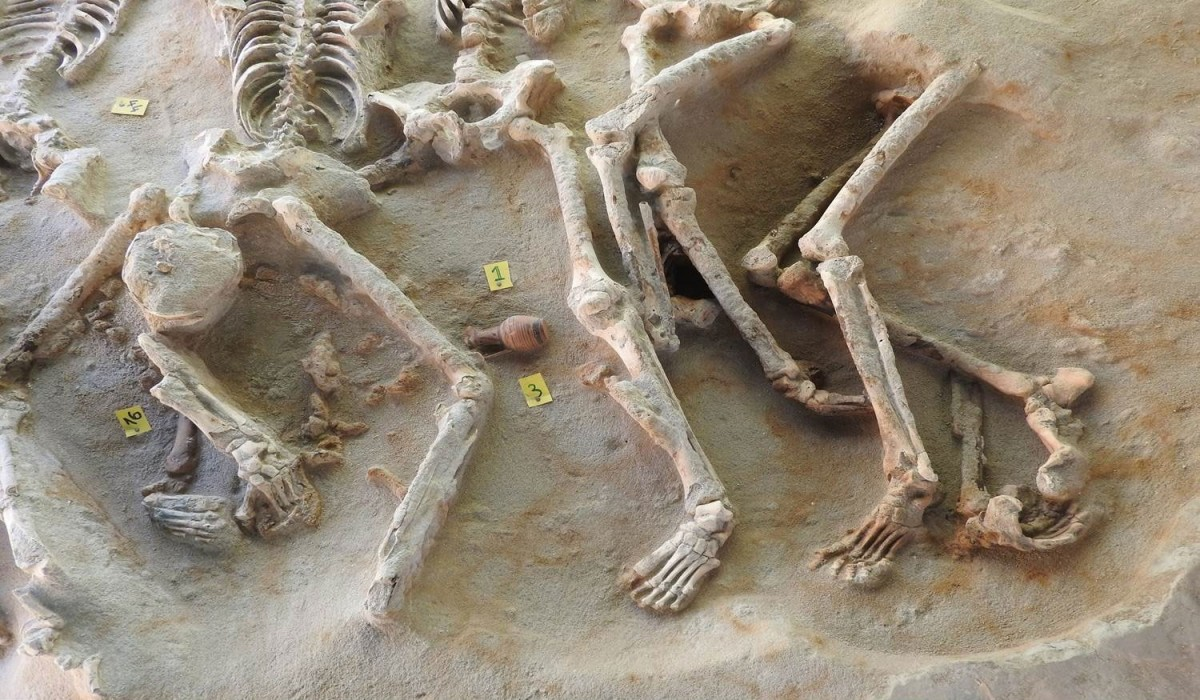 Detail of the mass grave. The deceased have suffered violent death. In the middle of the photo, one can see one of the trefoil pots. (Photo credi: ΑΠΕ-ΜΠΕ).