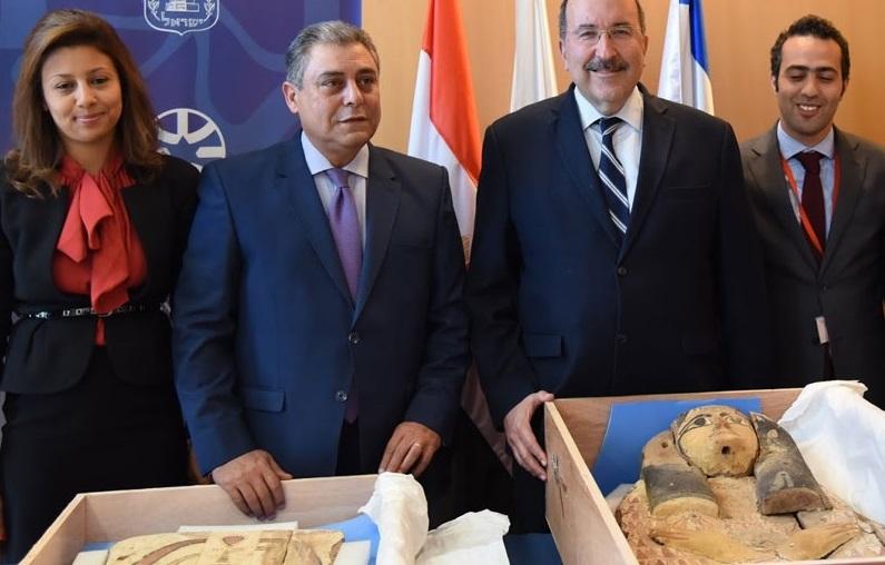 MFA Dir-Gen Gold (center, right) with Egyptian Ambassador Khairat (center, left) at the ceremony Copyright: MFA/Eleram Mendel